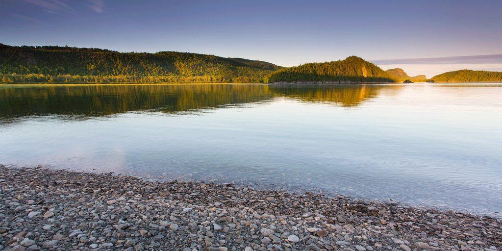 Vue sur un lac avec roches