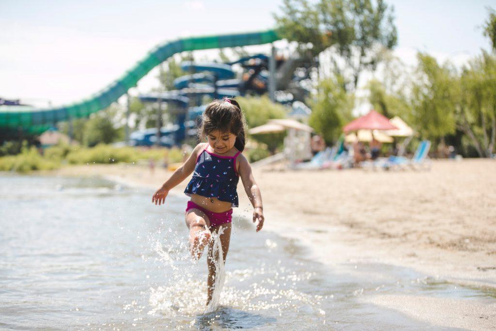 Une petite fille qui s'amuse dans le lac