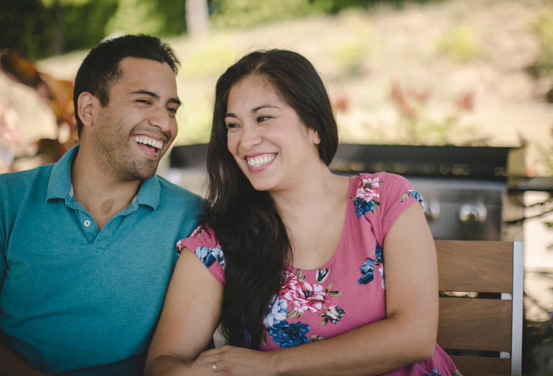 une femme et un homme qui sourient