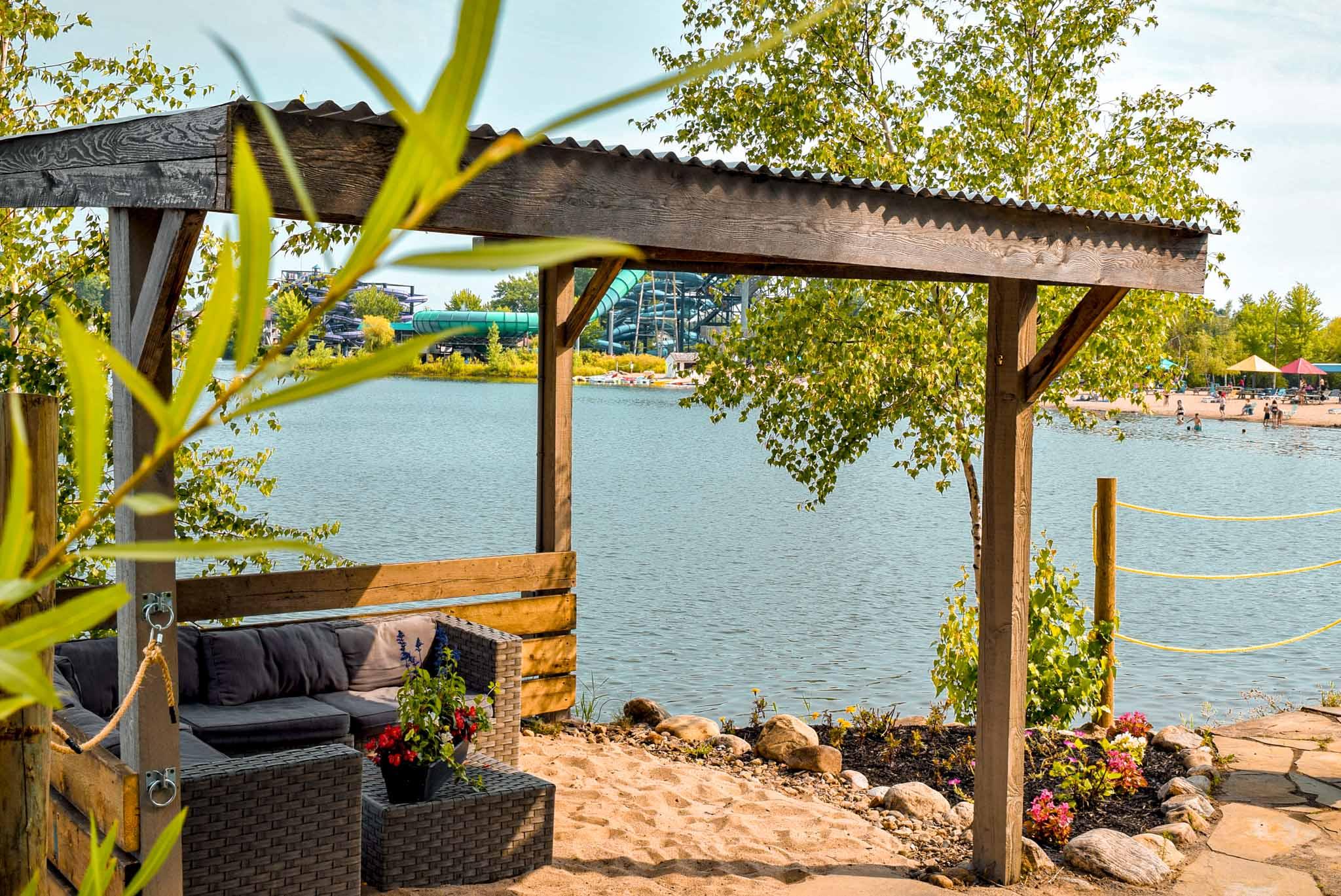 Cabana zen avec tables d'extérieur sur plage
