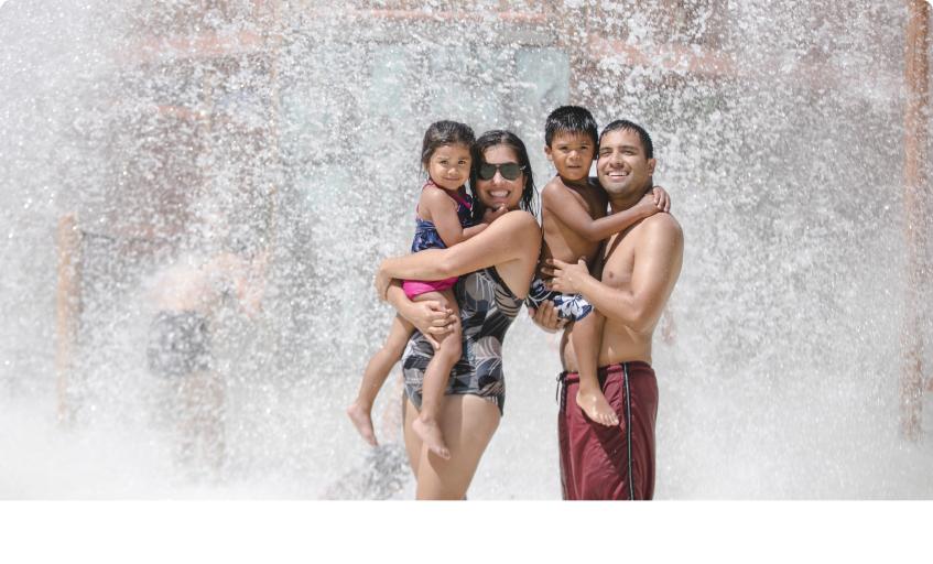 famille devant chute d'eau