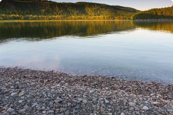 Lac avec roches et roches
