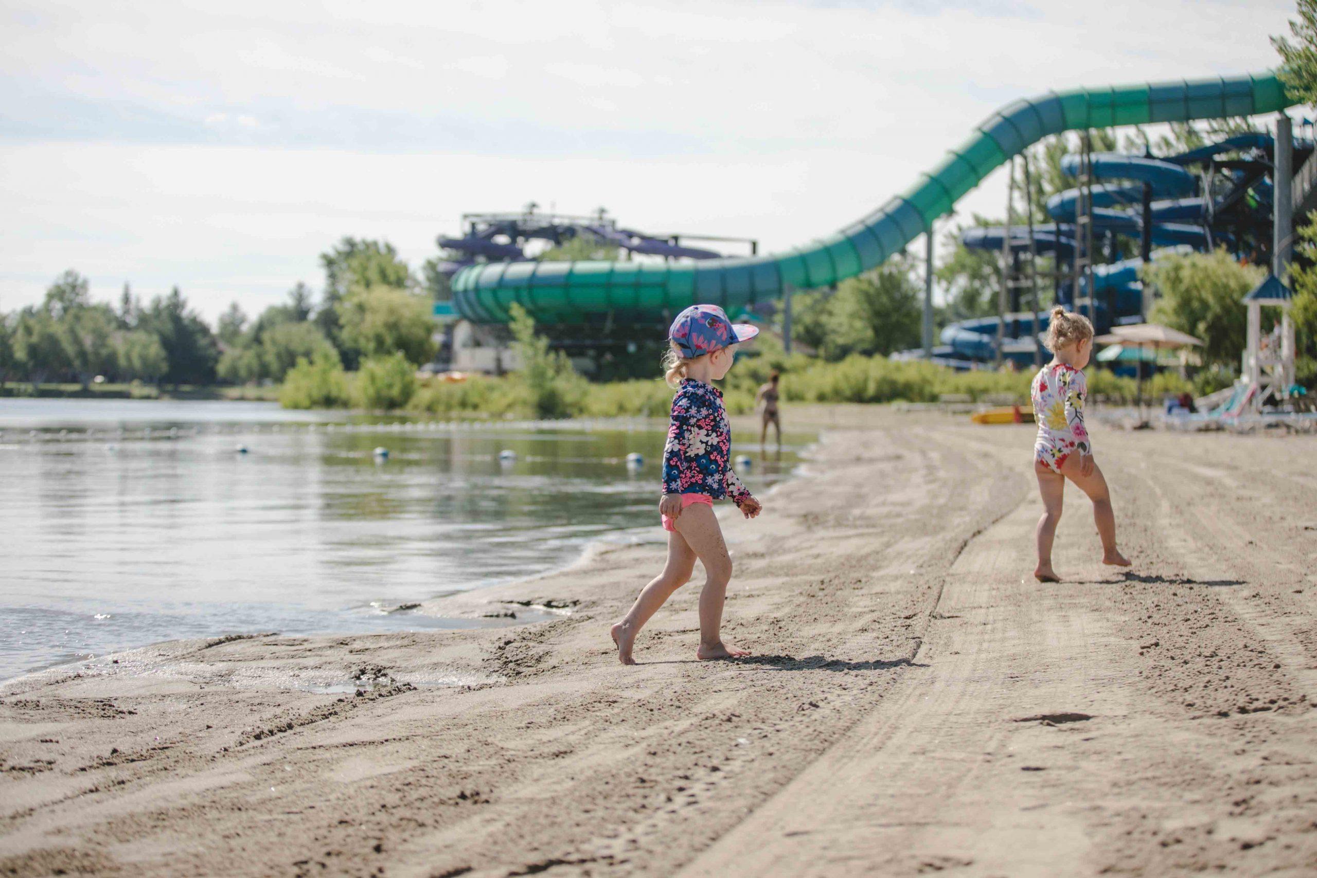 Enfants sur la plage devant le Typhon
