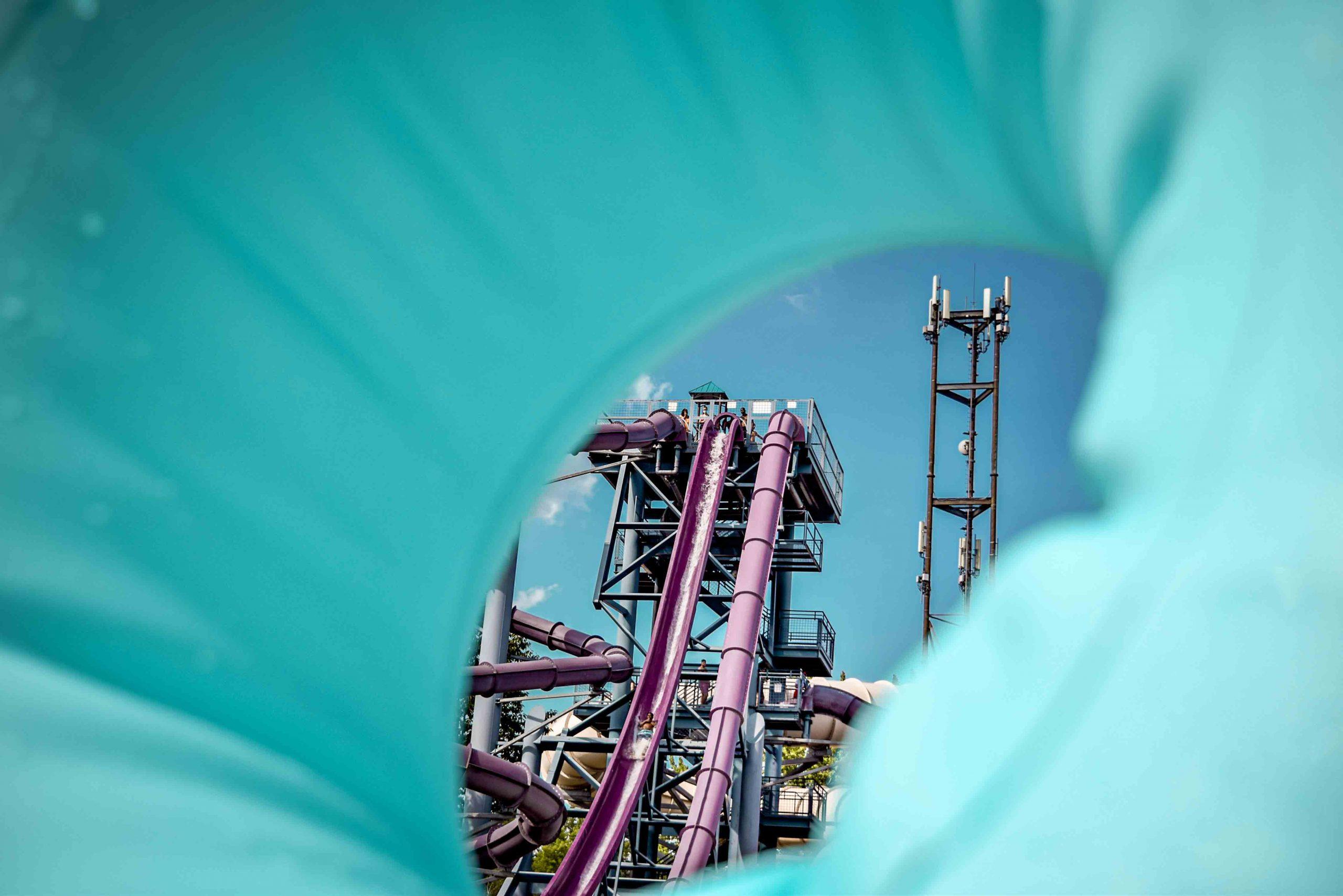 rafales à travers un tube bleu