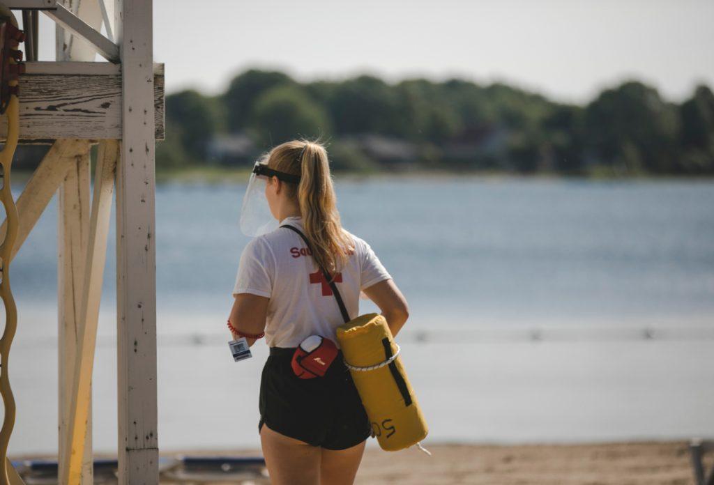 Sauveteur qui surveille la plage