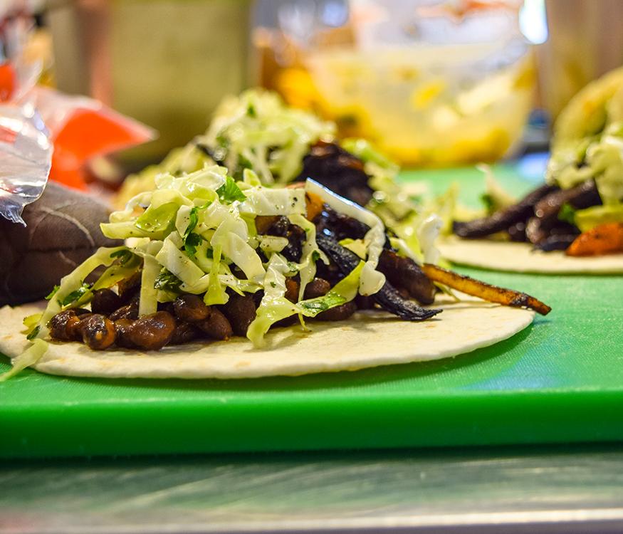 fèves, légumes grillés et laitue sur tortillas