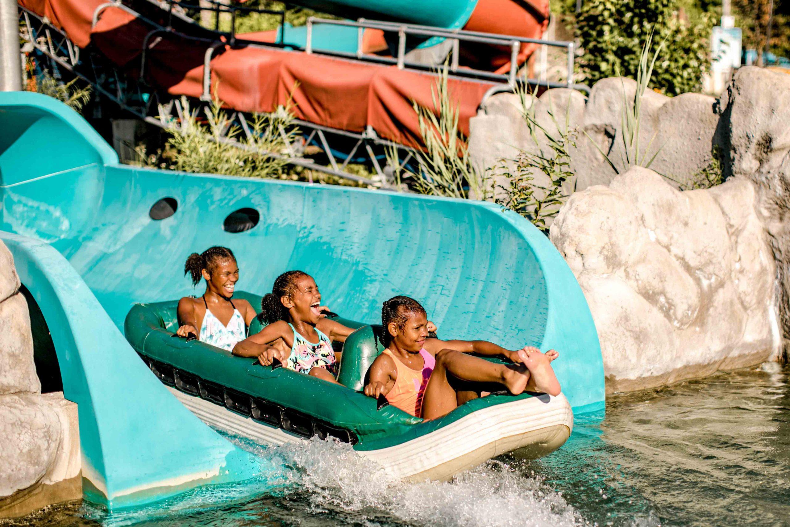 Trois petites filles qui glissent dans le Tsunami, glissade orange et verte
