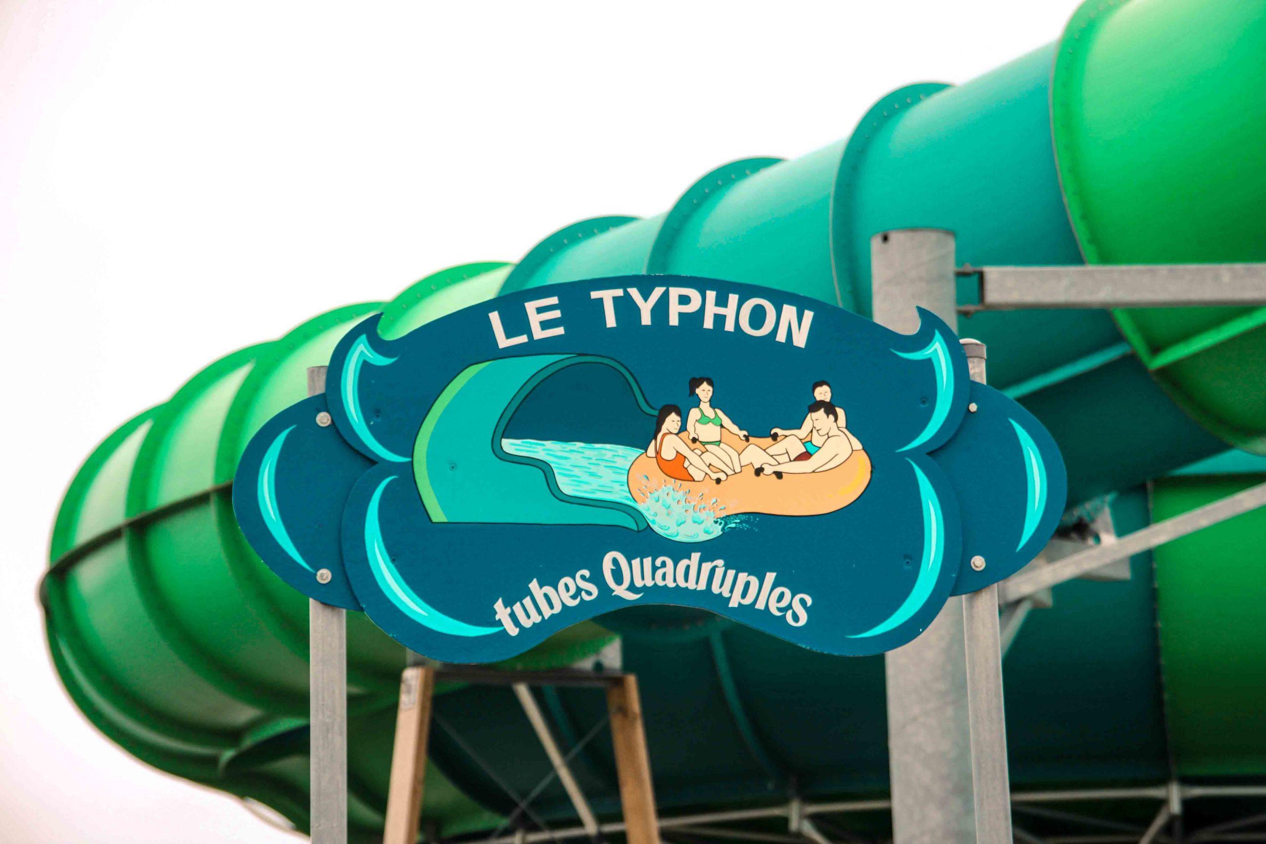 Panneau bleu, Le typhon à tubes quadruples devant glissade verte et bleue