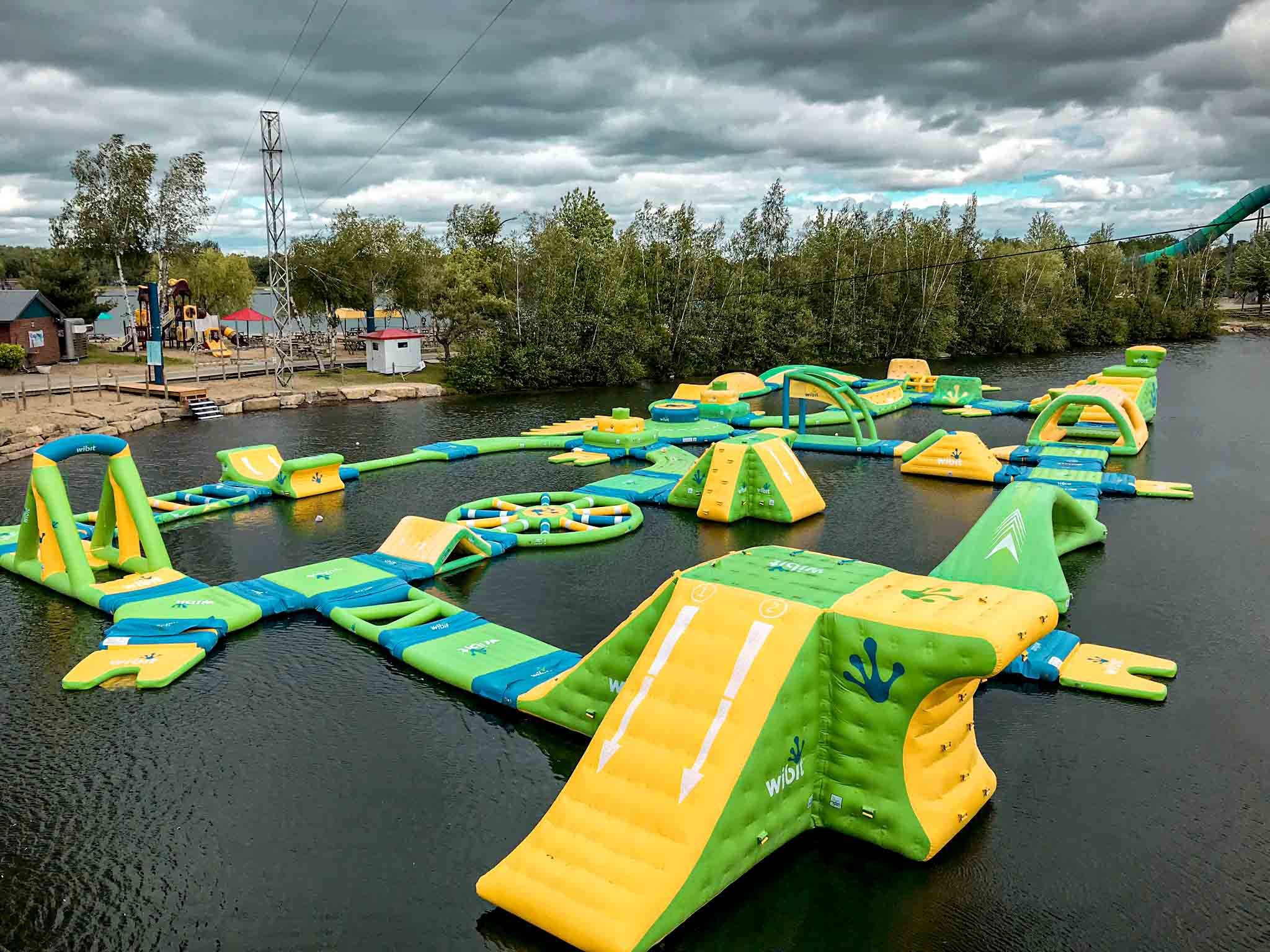 Structure flottante verte et jaune sur lac, le Wipe Zone